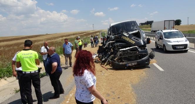 Yolcu minibüsü buğday yüklü traktöre çarptı: 6 yaralı