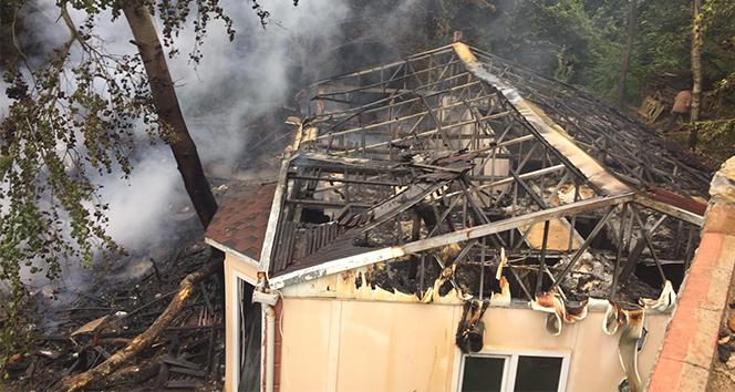 Çekmeköy'de felçli vatandaşın orman içindeki barakası yandı