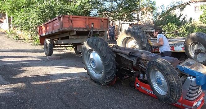 Ters devrilen traktörün üstünden atlayan kişi son anda kurtuldu