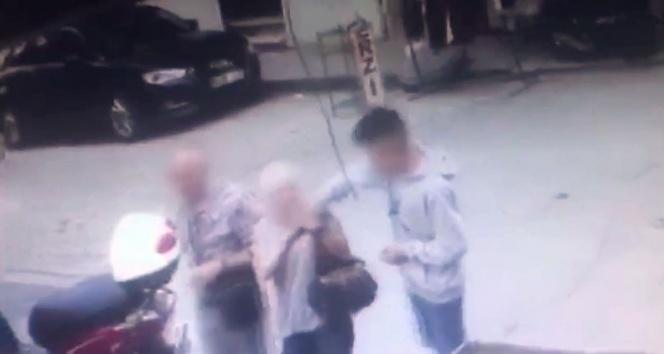 Fatih'te yaşlı turistleri hedef alan kapkaççı kamerada