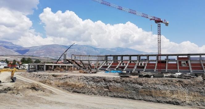 Stadyum inşaatında çalışan işçi 4 metreden yere düştü