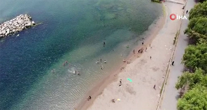Sıcaktan bunalan vatandaşlar Caddebostan plajına akın etti