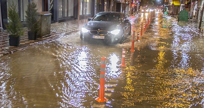 Sağanak yağış ağaçları yıktı, cadde ve sokaklar göle döndü