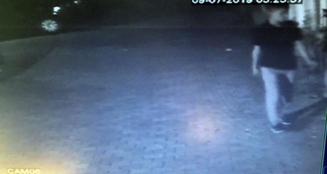 Ümraniye'de hırsızın site bahçesinden motosiklet çaldığı anlar kamerada