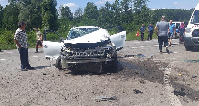 Virajı alamayan otomobil durağa çarptı: 5 kişi ölümden döndü