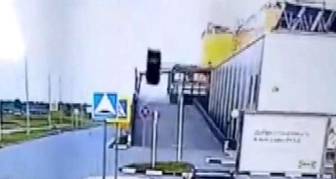Havalı bariyere çarpan araç defalarca takla attı