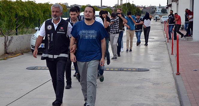 Adana merkezli FETÖ operasyonunda yakalanan polisler adliyeye sevk edildi