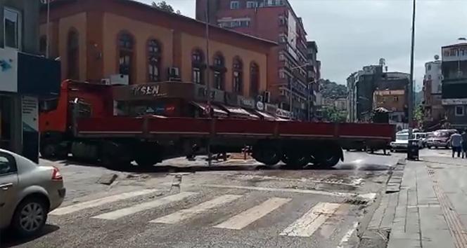 Caddeye çıkmak isteyen tır trafiği bir birine kattı