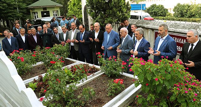 Cumhurbaşkanı Erdoğan, Necmettin Erbakan'ın kabrini ziyaret ederek dua okudu
