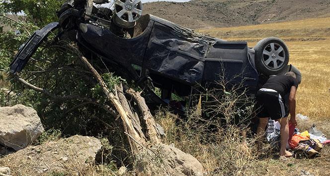 Otomobilin takla atarak ters döndüğü kazadan yara almadan kurtuldular