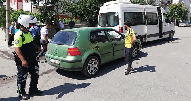 Sporcuları taşıyan minibüsle otomobil çarpıştı: 6 yaralı
