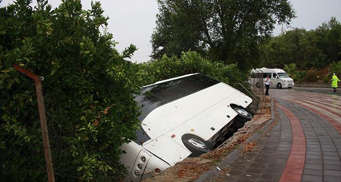 Virajı alamayan tur midibüsü portakal bahçesine devrildi: 5 yaralı