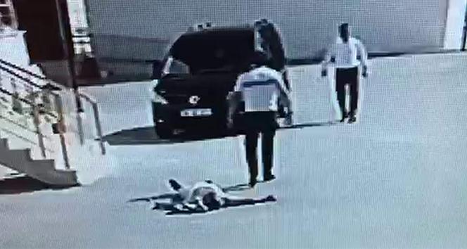 Kavgada yere yığılan adamın üzerinden arabayla geçti