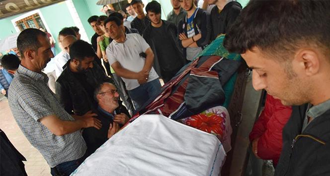 Hareket halindeki otobüsten düşerek ölen genç kız toprağa verildi