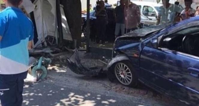 İzmir'de otomobil, otobüs durağına daldı: 2 yaralı