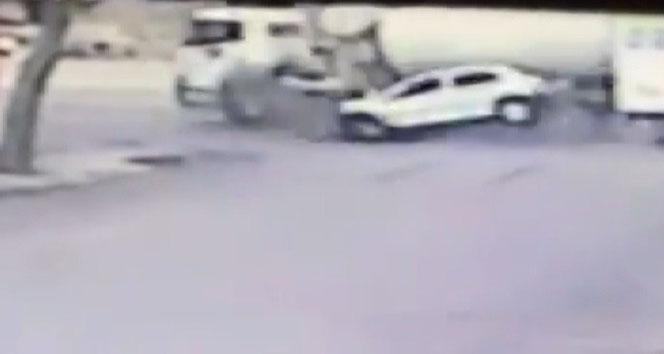 Beton mikseriyle otomobilin çarpışma anı güvenlik kamerasına yansıdı