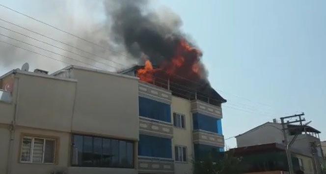 3 katlı binanın çatısı alev alev yandı !