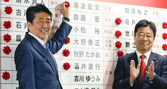 Japonya'da üst meclis seçimlerini Abe kazandı