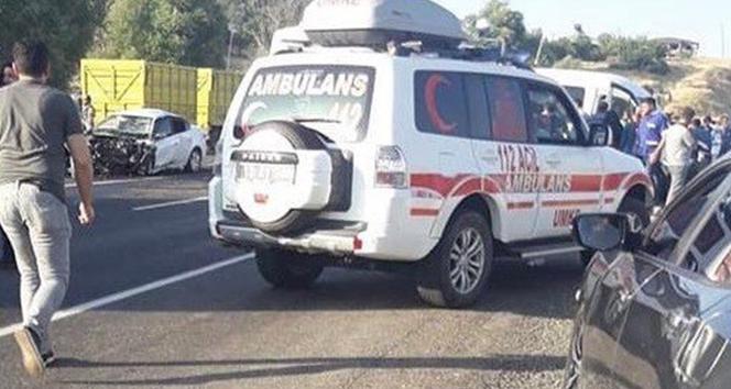 Bingöl'de minibüs ile otomobil çarpıştı: 1 ölü, 13 yaralı