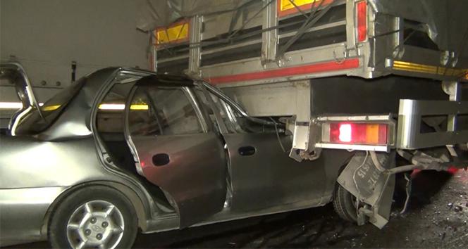 Otomobil tıra ok gibi saplandı: 1'i ağır 3 yaralı