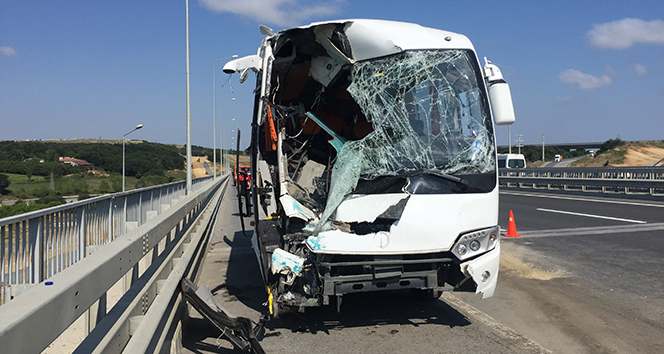 Havalimanı işçilerini taşıyan midibüs kaza yaptı: 12 yaralı