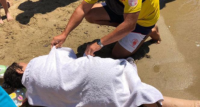 Denizde rahatsızlanan kadını boğulmaktan kurtardılar