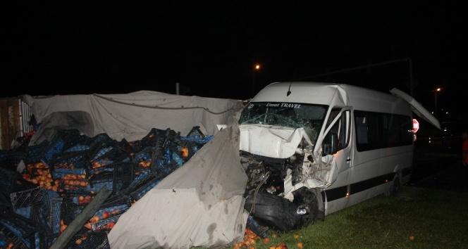 Tur minibüsü kamyona çarptı: 5'i turist 6 yaralı