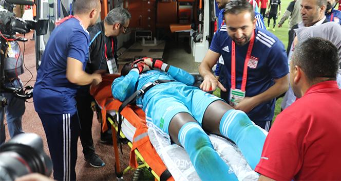Sahada baygınlık geçiren kaleci Samassa hastaneye kaldırıldı