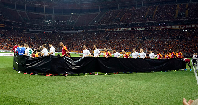 İki takım futbolcuları Emine Bulut için siyah pankartla çıktılar
