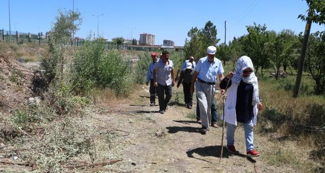 Evlerine ulaşmak için 1 kilometre yürüyorlar