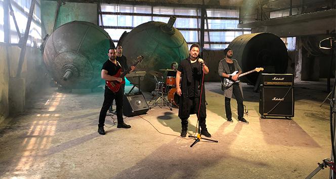 Rockçı Erdem Genç yeni şarkısının klibini çekecek öğrenciye 1 yıl burs verecek