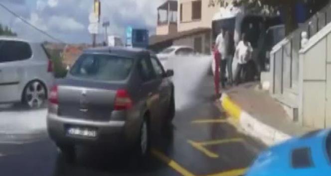 Sarıyer'de patlayan su borusunu sürücüler fırsata çevirdi