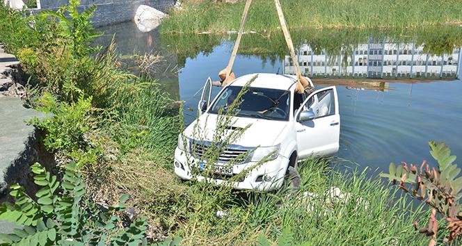 El freni çekilmeyen kamyonet inşaat çukurundaki göle düştü
