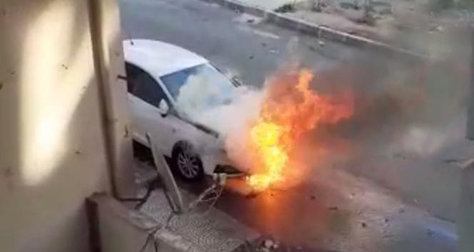 Park halindeki otomobilin alev alev yandığı anlar kamerada