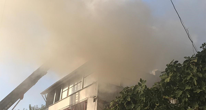 Çatıda mangal yaparken evi yaktı