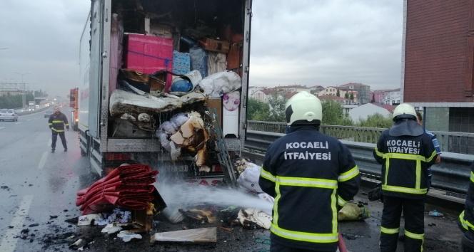 Nakliye aracında çıkan yangın eşyaları küle döndürdü