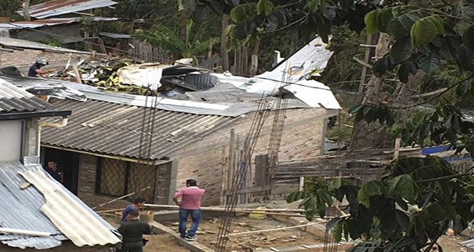 Kolombiya'da evin çatısına küçük uçak düştü: 7 ölü