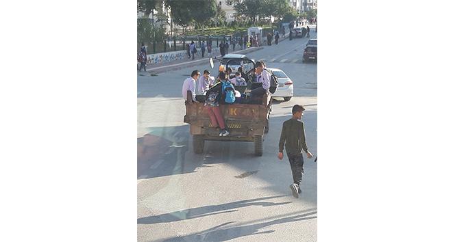 Traktörün arkasına bindirdiği öğrencilerle tehlikeli yolculuk