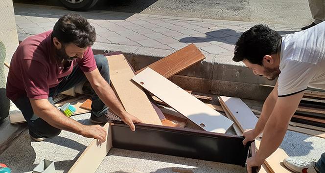 Çöplerden topladığı tahta sünger ve parke tek sermayesi