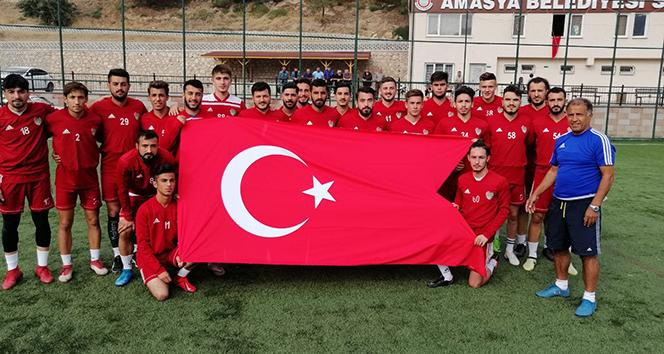 Futbolcular Türk bayrağı açıp dua ettiler