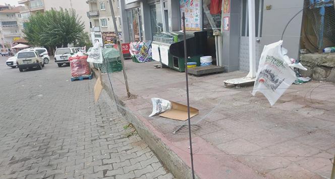 Kiracısına kızan iş yeri sahibi marketin önünü tel örgü ile kapattı