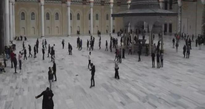 Büyük Çamlıca Camisi'nde vatandaşlar Mehmetçik için dua etti