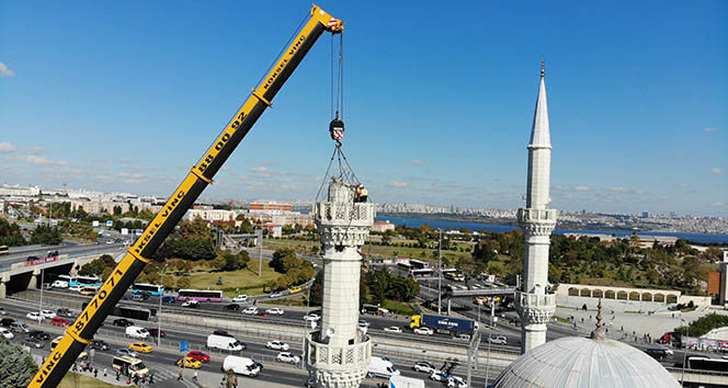 Avcılar'da hasarlı minarenin sökülme anı drone ile havadan görüntülendi
