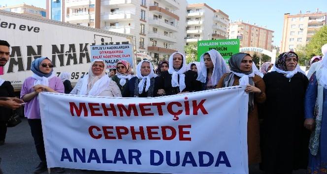 Bitlis'ten gelen 'Beyaz tülbentli' kadınlardan HDP önündeki ailelere destek ziyareti