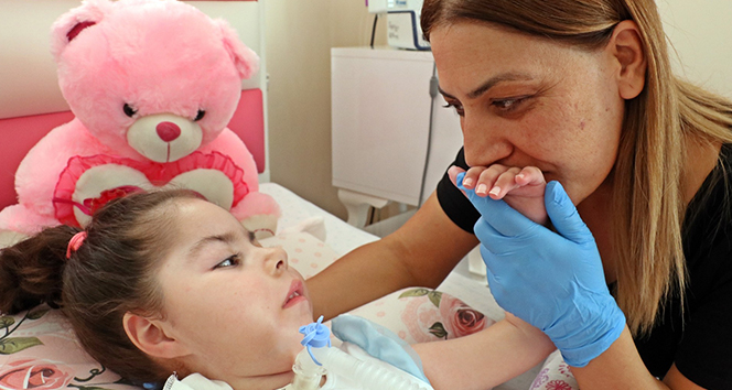 Solunum cihazı borusundan 3,5 yıl aradan sonra gelen 'anne' sesi duygulandırdı