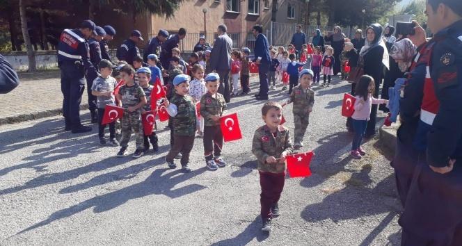 Minik öğrencilerden askerlere moral ziyareti