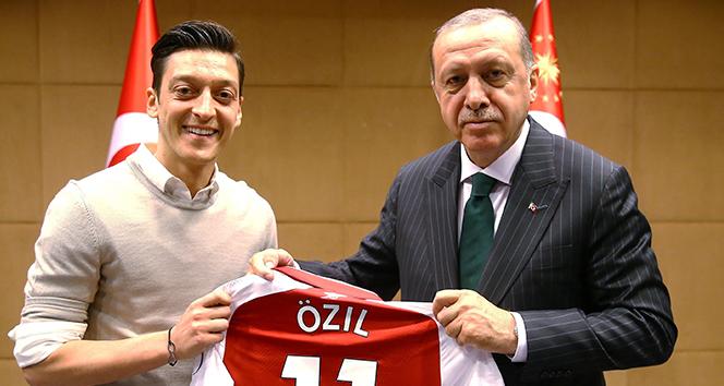 Mesut Özil: 'Kiminle fotoğraf çektireceğime karar vermekte özgürüm'