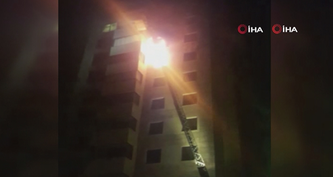 Kadıköy'de 11 katlı binada yangın: 5 kişi dumandan etkilendi