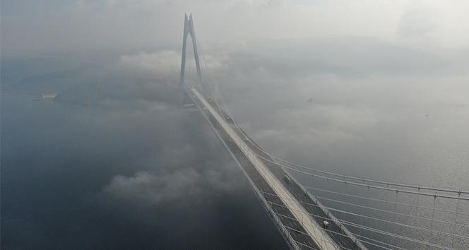 3.Köprü'nün üzerinden süzülen sis havadan görüntülendi