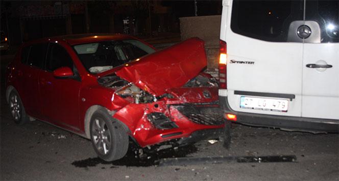 Tur minibüsüyle otomobil çarpıştı: 3 yaralı